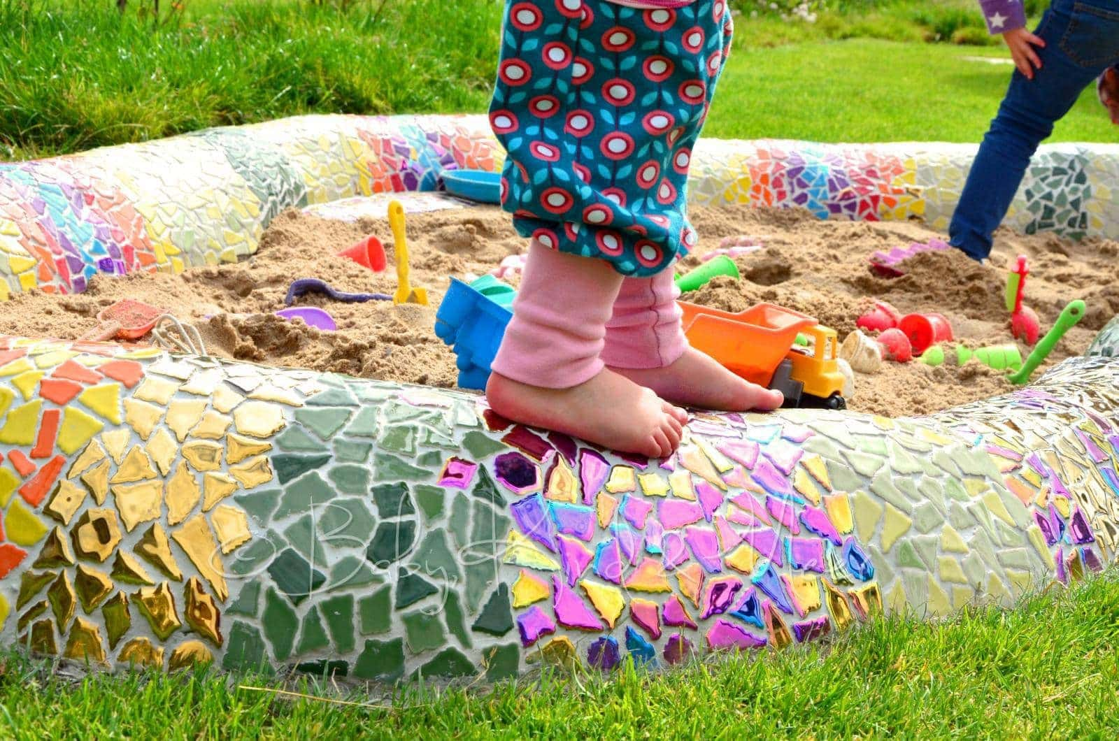 eine mosaik schlange als sandkasten hausbau garten diy inspirationen baby kind und meer. Black Bedroom Furniture Sets. Home Design Ideas