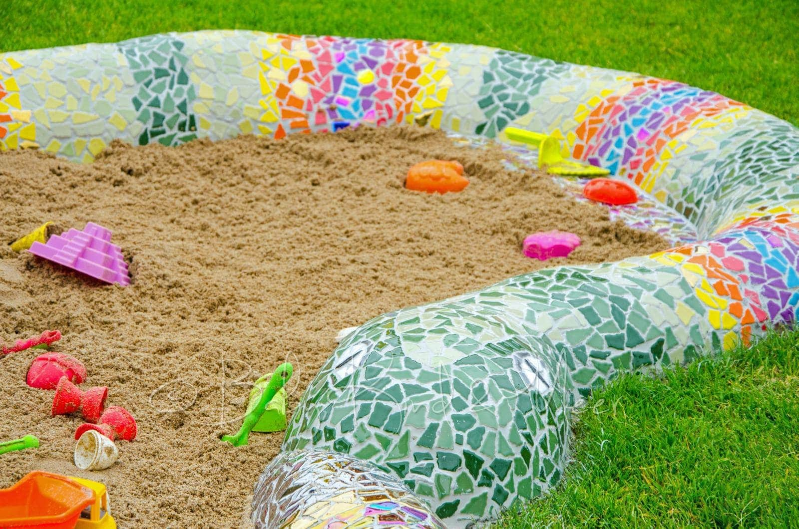 eine mosaik schlange als sandkasten hausbau garten. Black Bedroom Furniture Sets. Home Design Ideas