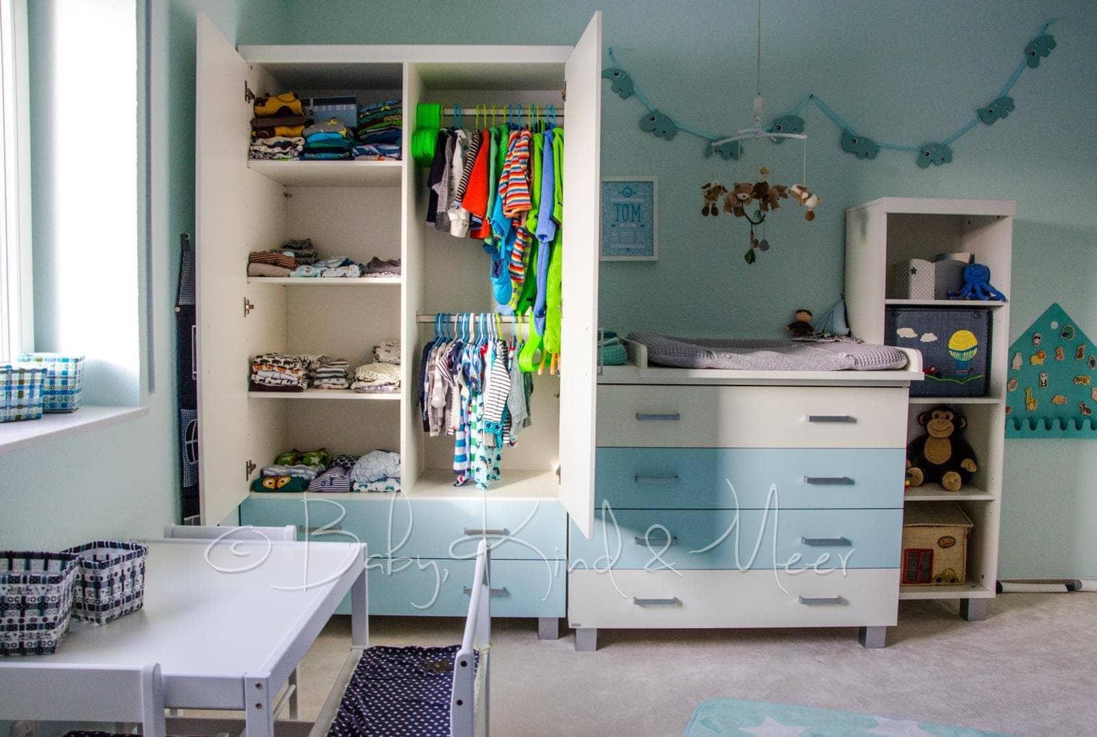 Prinzipiell Spiegeln Sich In Toms Zimmer Also Die Gleichen Möbel Wie Die  Der Mädels Wider. Anstelle Von Rosafarbenen Schubladen Allerdings Mit  Blauen.