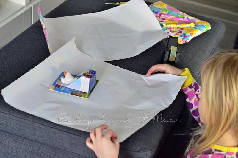 Lilli packt Geschenke ein