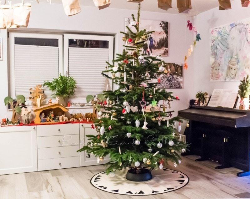 Weihnachtsbaum schmuecken 1