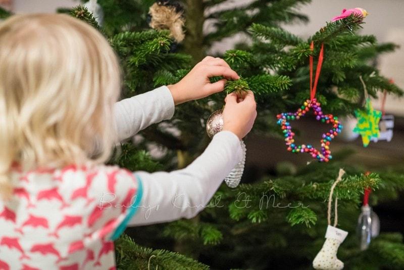Weihnachtsbaum schmuecken 3