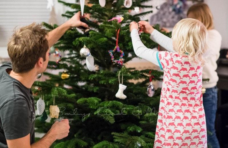 Weihnachtsbaum schmuecken 4