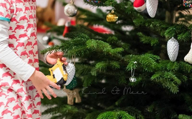 Weihnachtsbaum schmuecken 6