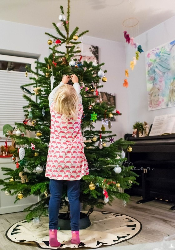 Weihnachtsbaum schmuecken 8