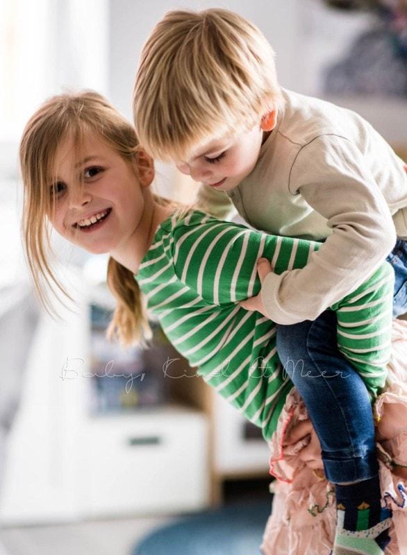 Lilli mit Tom und Lotte huckepack 1