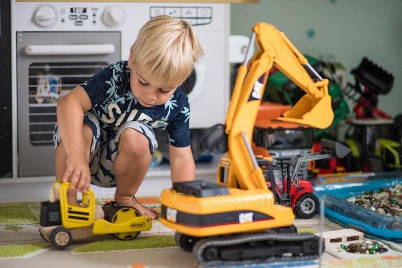 Tom mit Bagger im Kinderzimmer 2
