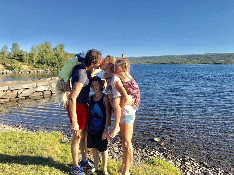 Familie auf Weltreise CASAMUNDO Europareise Norwegen Familienfoto