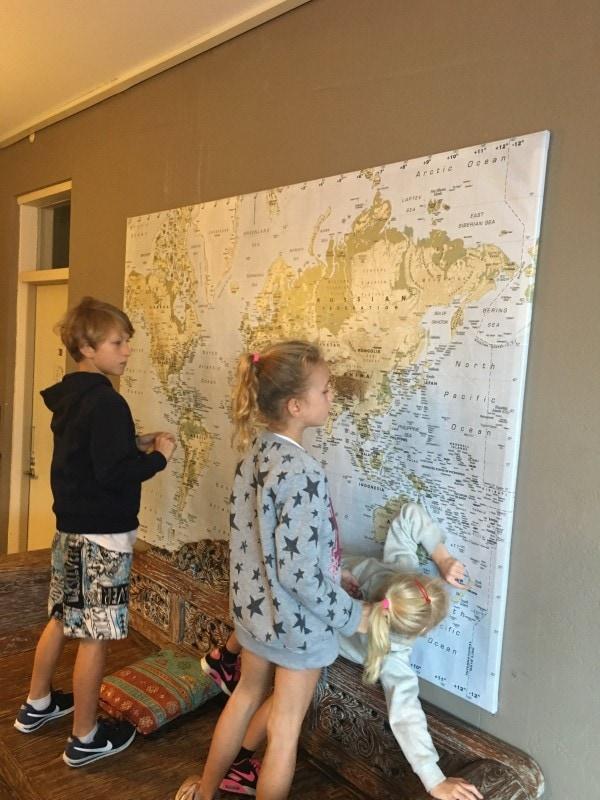 Familie auf Weltreise Kinder vor der Weltkarte