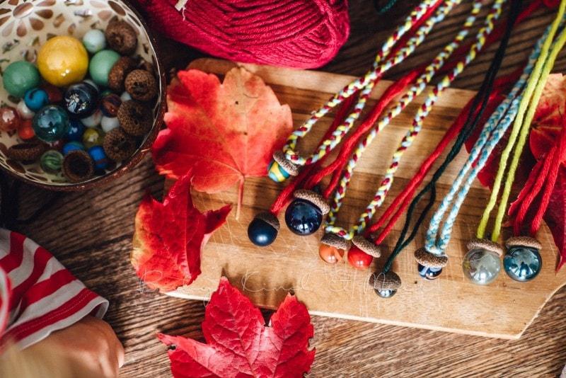 Herbst Bastelidee DIY Murmelketten aus Eicheln 10