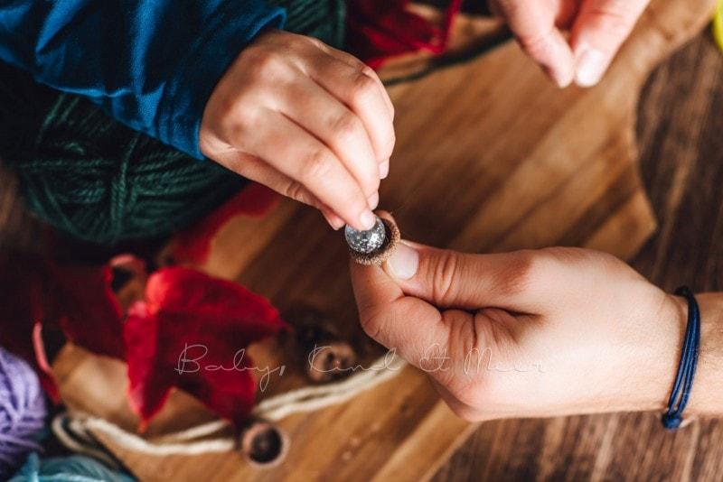 Herbst Bastelidee DIY Murmelketten aus Eicheln 9
